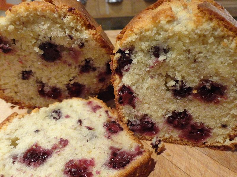 Cake aux amandes et mûres sauvages