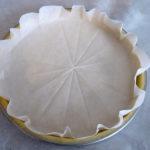 Papier cuisson placé sur le fond de tarte