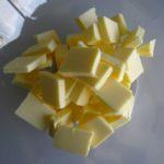 Beurre en morceaux pour la tarte framboises